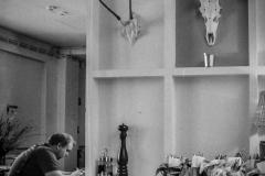 UnclePete / im Café mit Hirsch (OM1/FP4/ISO400)
