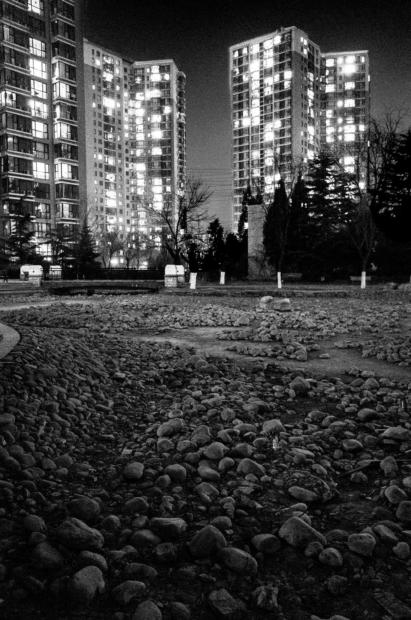ollo / Wie auf dem Mond (leerer Tümpel in einer Wohnanlage in Beijing)