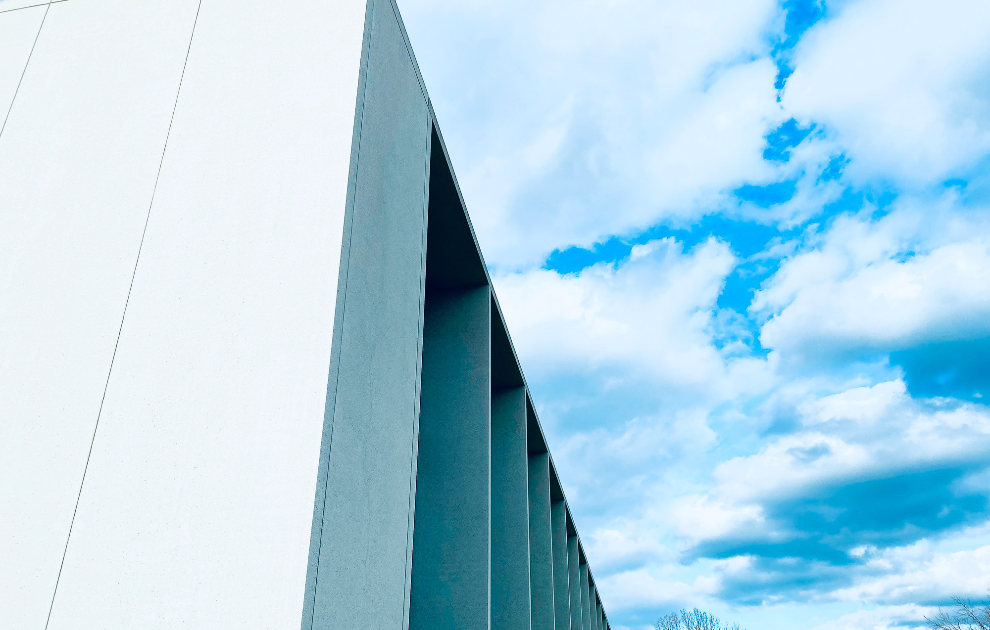 Beton und Wolken