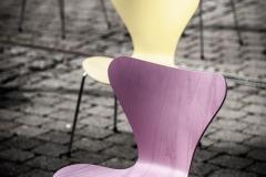 Stuhlgruppe in Pastell.