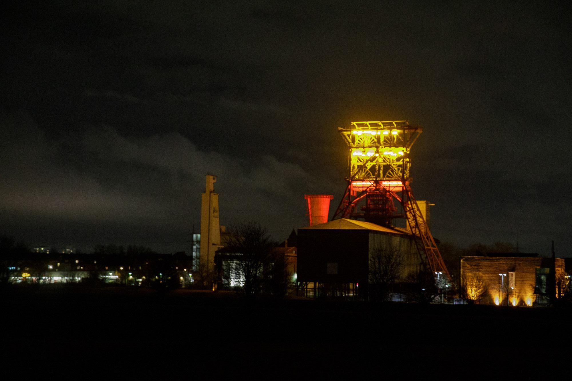 Förderturm und Maschinenhaus auf Consol, beleuchtet in der Nacht