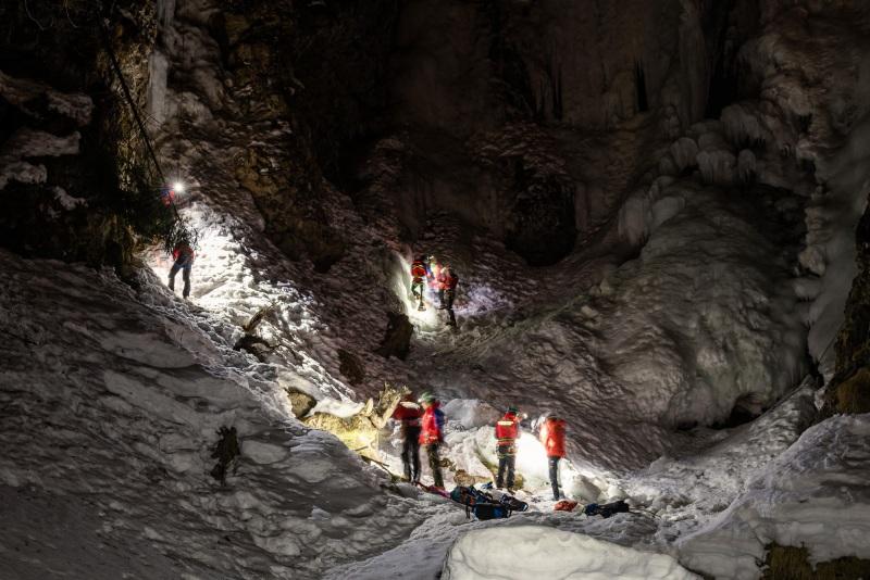 Nachtübung der Bergrettung an einem Wasserfall
