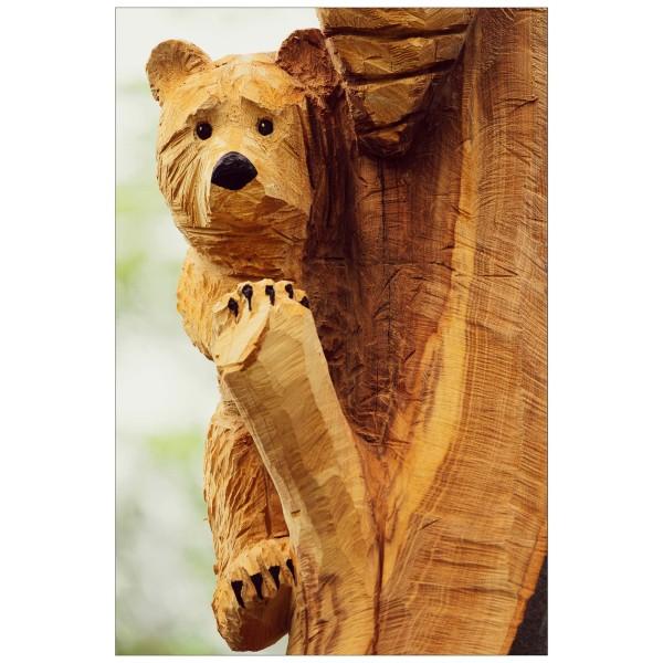 In Holz gemeißelt.