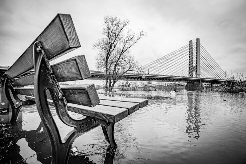 Bank und Brücke