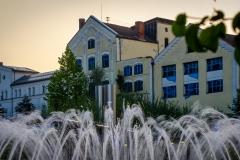 UnclePete / Blick auf den Ludwigsbrunnen und Fassade in Bad Aibling (Morgenlicht)