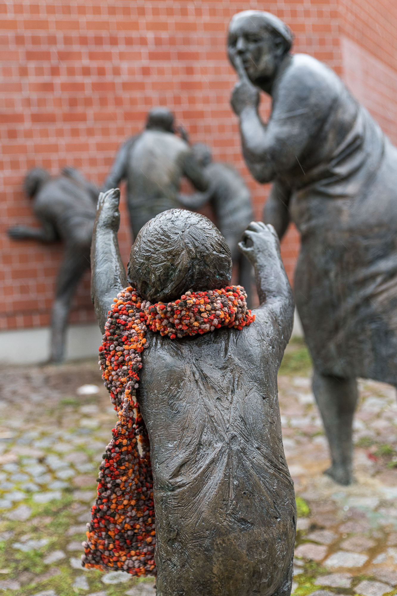 Eiserne Figur mit weichem Schal und Zeichensprache