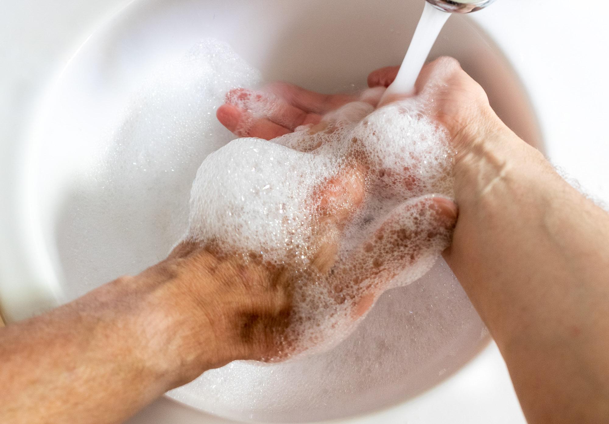 eine Hand wäscht die andere