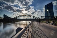 expresskasse / Eisenbahnbrücke im Gegenlicht