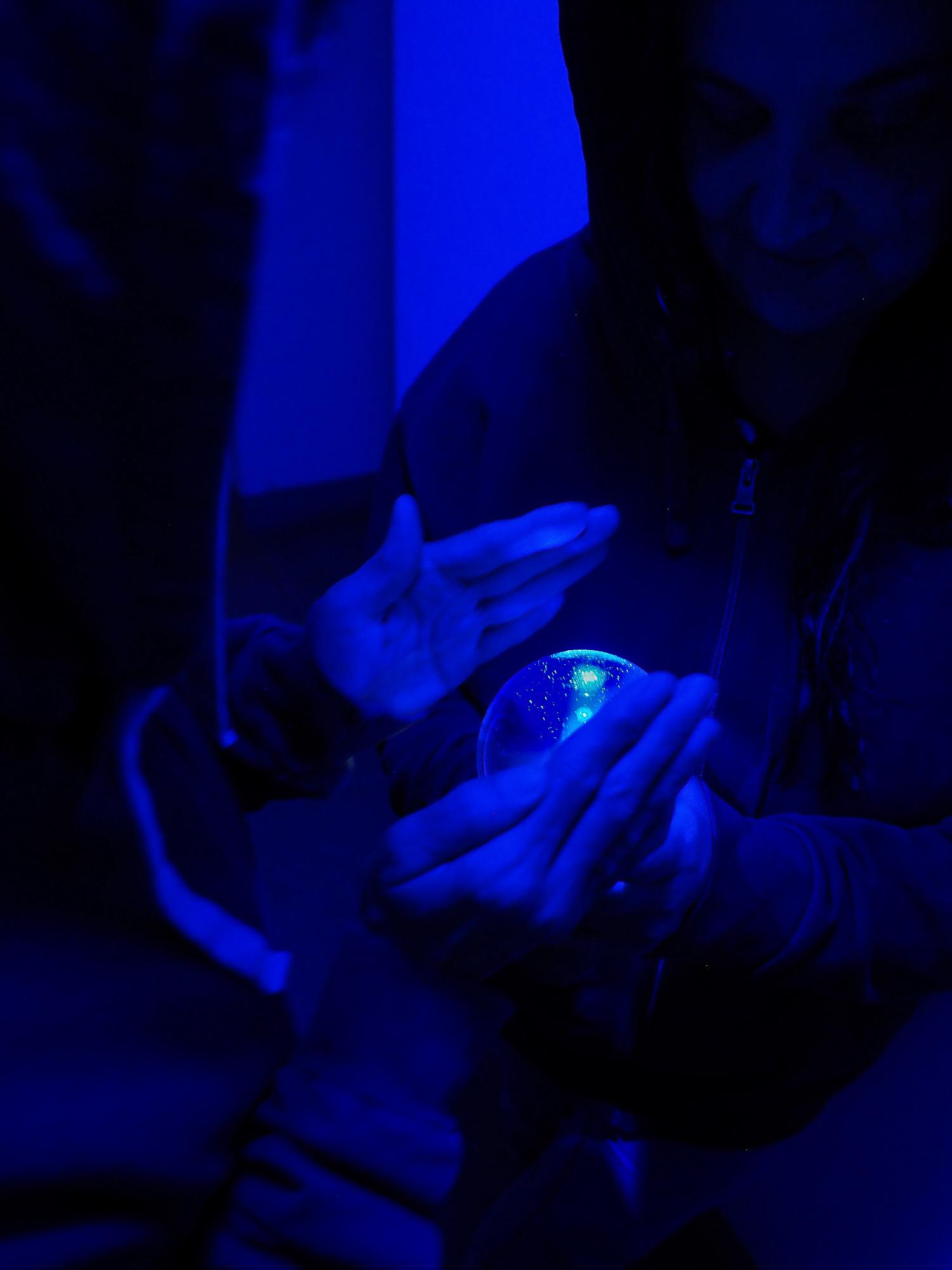 babblfisch / blaues Licht