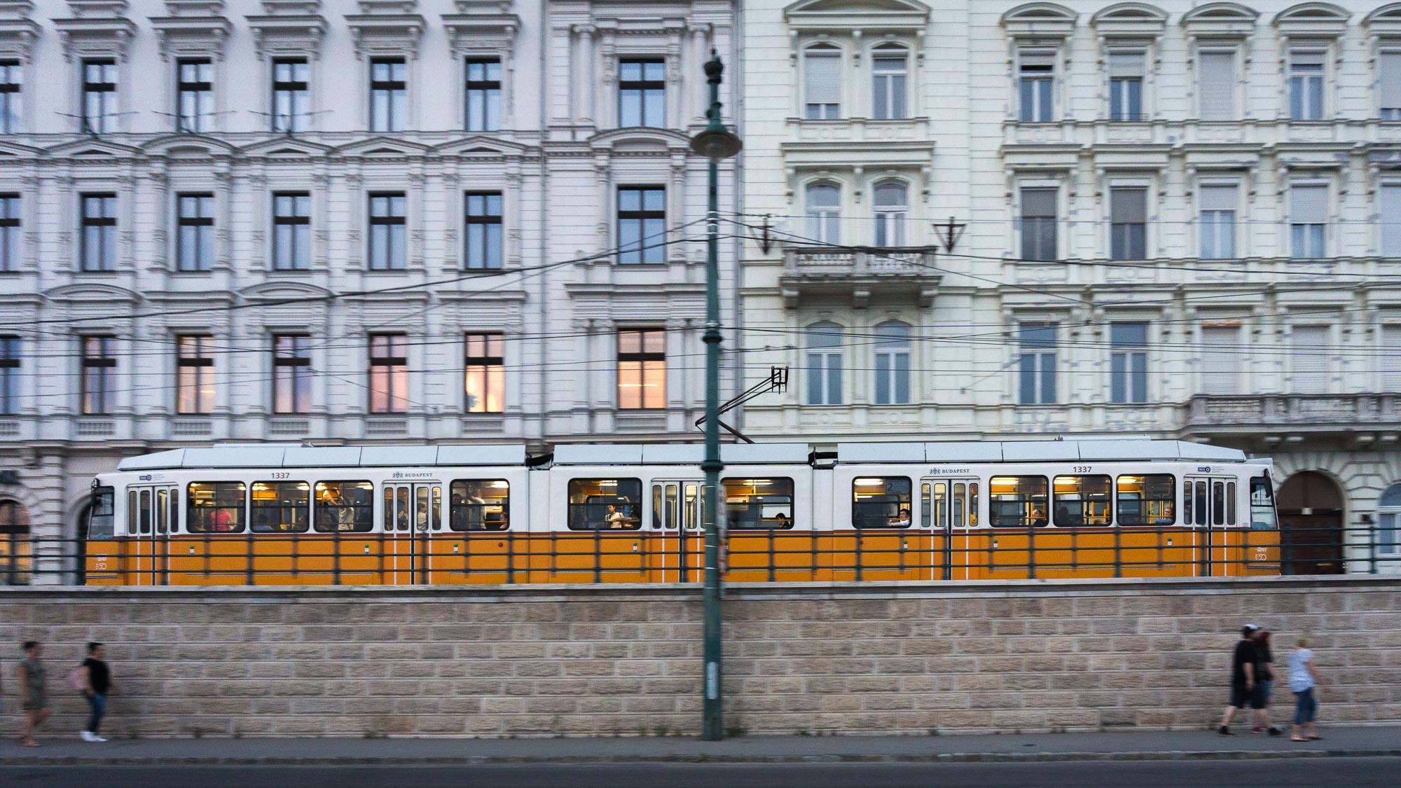 ollo / Strassenbahn 2 am Donauufer in Budapest