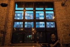 ollo / Blick aus dem Fenster der Peiping Machine Brauerei in Beijing ueber die Mauer auf die Appartment gegenueber
