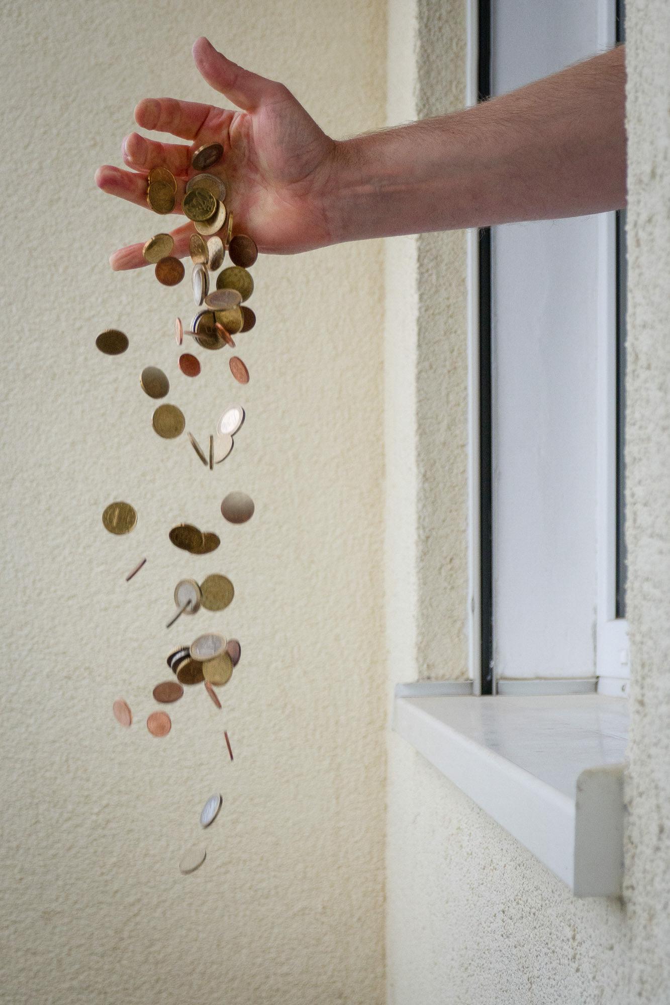 vielpixel / Geld_zum_Fenster_rauswerfen