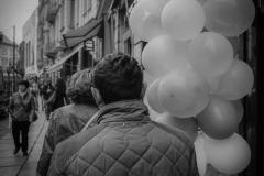 UnclePete / Ballons und Linien auf der Straße