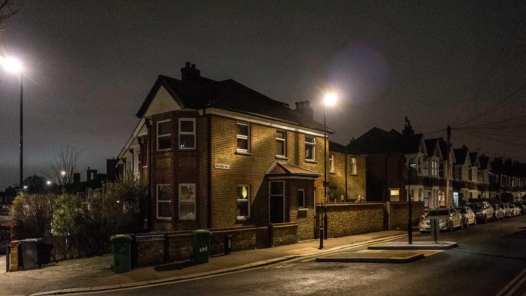 ollo / Strassenecke bei Nacht in London SE
